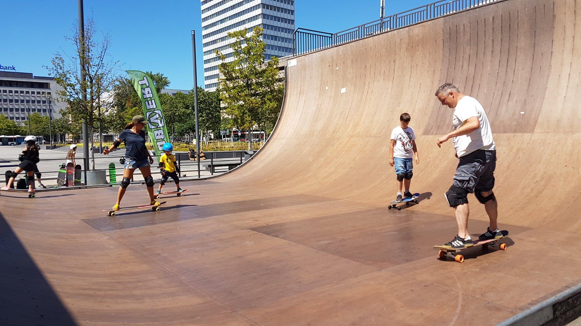 Am Halfpipe-Skaten haben auch die völlig ungeübten Eltern spontan großen Spass